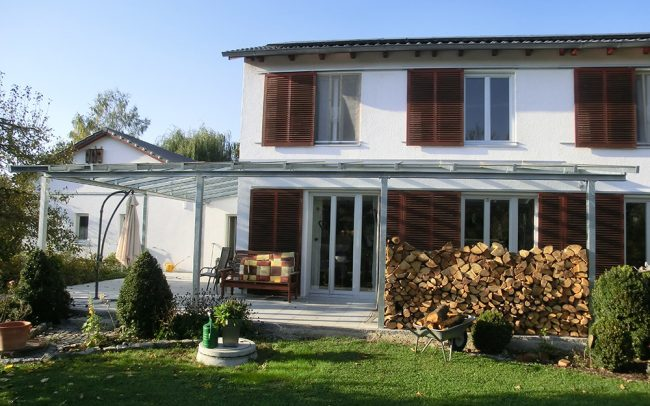 Vordach für Terrasse aus Stahl und Glas in Plattling