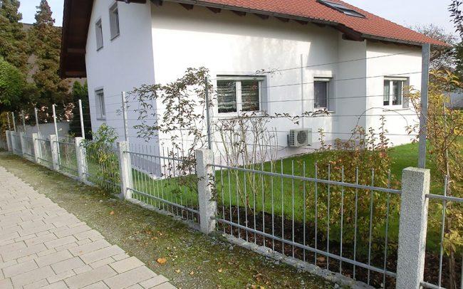 Gartenzaun aus Metall mit Stahl Rankhilfe in Plattling