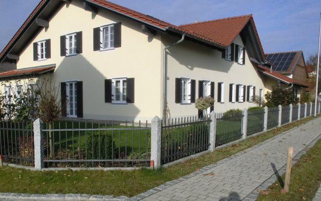 Gartenzaun vor Einfamilienhaus in Deggendorf