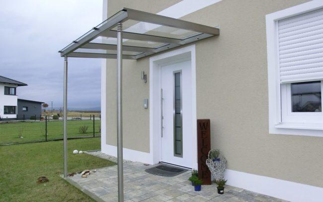 Vordach aus Edelstahl mit Glas in Moos